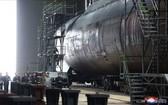 金正恩等人早前視察新潛艇建造工程。(圖源:朝中社)