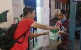 """""""愛心之家""""慈善組到第一兒童醫院將禮物及現金交給潘玉薔薇的奶奶。"""