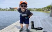 布魯爾在湖邊用磁鐵釣魚,意外找回失蹤8年的保險箱。(圖源:AP)