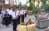 在場的北寧省領導及代表團向黃國越同志塑像上香緬懷、鞠躬致意。(圖源:芳華)