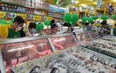 消費者在新張綠色百貨連鎖超市選購食品。