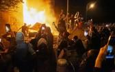 5月28日,在美國明尼蘇達州明尼阿波利斯市,示威者點燃一警察局。(圖源:新華社)