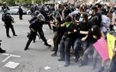 在美國洛杉磯示威者與警方發生衝突。(圖源:新華社)