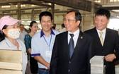平陽省省委書記陳文南(右,二)春節探望美福工業區工人。