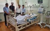政府總理阮春福親往市統一醫院慰問正在該院治療的情報員陳國香。(圖源:阮盛)