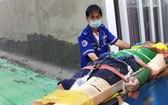 本市115急救中心醫生在將勞動事故受傷者送往醫院急救。