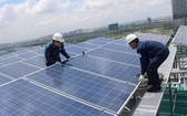 圖為太陽能發電板安裝。(示意圖源:互聯網)
