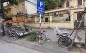 旅遊專用的三輪腳踏車停放在河內市陳光凱街旁已久無客問津。(圖源:田升)