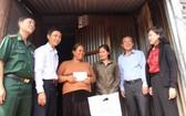工作團前往慰問並向嘉萊省諸色縣伊雅赫羅鄉的困難民戶贈送禮物。(圖源:友福)