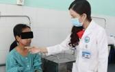 醫生在給病人診查病情。(圖源:成山)