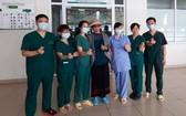 第19例新冠肺炎患者(中)病愈出院時與醫護人員合影。(圖源:D. Thu)