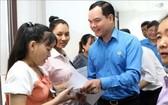 越南勞動總聯團主席阮廷康親往看望華豐皮鞋股份公司工人並贈送禮物。(圖源:越通社)