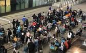 從英國撤回的越南公民安全抵達新山一機場並接受初步醫療檢查後送至集中隔離區進行醫學隔離觀察。(圖源:清孟)