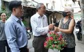 第五郡領導贈送花卉給居民栽種以綠化街區。