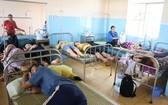 疑似食物中毒患者獲送醫院救治。(圖源:黃甲)