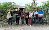 葉日長(右二)與萬德慈善俱樂部成員們向貧民贈送禮物。