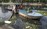 清潔工人在檳藝涌第四郡涌段上打撈垃圾。(圖源:T.T.D)