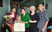 第八坊高齡人會向華人胡四妹大娘祝壽。