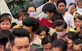 華人商販應氏蓮與阮飛雄歌星派發雞飯給貧困者。