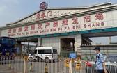 北京新發地批發市場暫時休市,警方對周邊進行交通管控。(圖源:路透社)