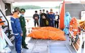 職能力量向船員家屬移交罹難者的屍體。(圖源:越通社)