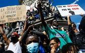 法國多個城市13日舉行反對種族歧視遊行示威活動,抗議在法國和美國發生的針對非洲裔群體的種族歧視行為。(圖源:互聯網)