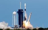 """4月22日,美國太空探索技術公司用一枚""""獵鷹9""""火箭將""""星鏈""""計劃第7批60顆衛星送入太空,繼續搭建全球衛星互聯網。(圖源:路透社)"""
