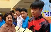 第五郡勵學會主席李金梅向華人優秀生頒發獎助學金。