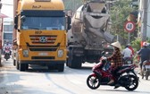 第九郡阮維貞街因路面窄小和集裝箱絡繹不絕,導致經常發生交通事故。