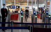 法國政府宣布,15日起解除對歐盟與申根區國家的邊境管制。圖為法國巴黎戴高樂機場。(圖源:AFP)