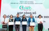 《西貢解放報》副總編輯向參加今年綠色消費戰役的企業頒發企業認證。