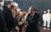 政府常務副總理張和平(前右)向黨中央原書記、原中央內政部長陳國香家屬表示哀悼和慰問。(圖源:仕東)