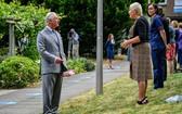 查理斯王子與醫護人員會面時保持社交距離。(圖源:Getty Images)