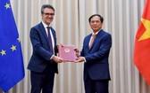 外交部常務副部長裴青山(右)向歐盟駐河內代表團大使喬治‧阿利伯蒂遞交公函通報越南批准《越南與歐盟自由貿易協定》(EVFTA)和《投資保護協定》(EVIPA)。(圖源:俊英)