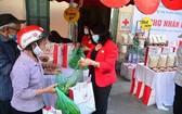 """貧困者疫情期間在""""人道集市""""選購食品。(圖源:越南紅十字會)"""