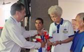 該郡高齡人會主任朱杞文向長者贈送禮物。