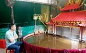 潘清廉藝人與其小型水上木偶戲院。