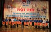 組委會向參賽團隊贈送紀念錦旗。(圖源:山羅報)