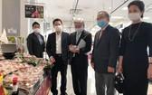 越南駐日大使館領導推介荔枝。(圖源:秋芳)