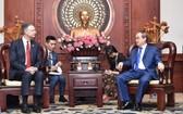 市委書記阮善仁(右)接見美國駐越南大使丹尼爾‧克里滕布林克。(圖源:越勇)