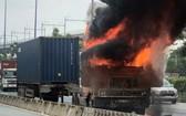 集裝箱車自燃現場,火勢十分猛烈。(圖源:淮南)