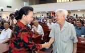 黨中央政治局委員、國會主席阮氏金銀(前左)與芹苴市選民親切握手、互致問候。(圖源:越通社)
