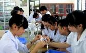 本市中學生在學習科技應用課程。