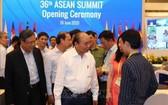 政府總理阮春福(前中)親往視察第三十六次東盟高級會議和各相關會議的籌備工作。(圖源:越通社)