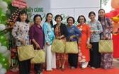 第五郡領導、婦女會、越華女企業家紛紛前往祝賀。