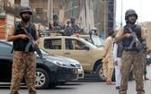 6月29日,安全人員封鎖巴基斯坦卡拉奇的襲擊現場附近區域。(圖源:新華社)