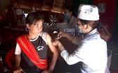 防疫人員給崑嵩省達河縣居民接種白喉疫苗