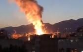 伊朗首都德黑蘭一家醫療中心當地時間6月30日晚發生爆炸引起大火,現場冒出滾滾濃煙。(圖源:AP)