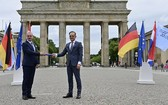 在德國首都柏林,克羅地亞外長拉德曼(左)同德國外長馬斯進行歐盟輪值主席國交接。(圖源:AFP)