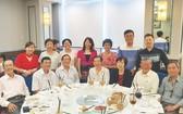 作者(後排右一)與華文文友合影。